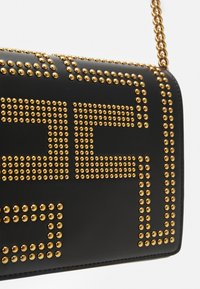 Elisabetta Franchi - CHAIN LOGO CROSSBODY - Across body bag - nero - 3