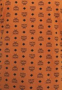 MCM - WOMENS VISETOS PRINT T-SHIRT - Print T-shirt - cognac - 2