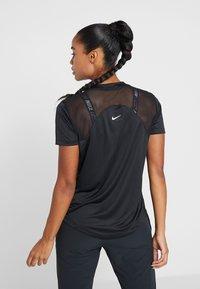 Nike Performance - DRY MILER - T-shirt z nadrukiem - black/black/metallic silver - 2