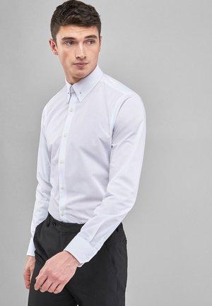 WHITE COLLAR PIN EASY CARE SLIM FIT SHIRT - Formal shirt - white