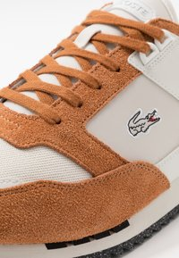 Lacoste - PARTNER PISTE - Sneakers laag - brown/offwhite - 5