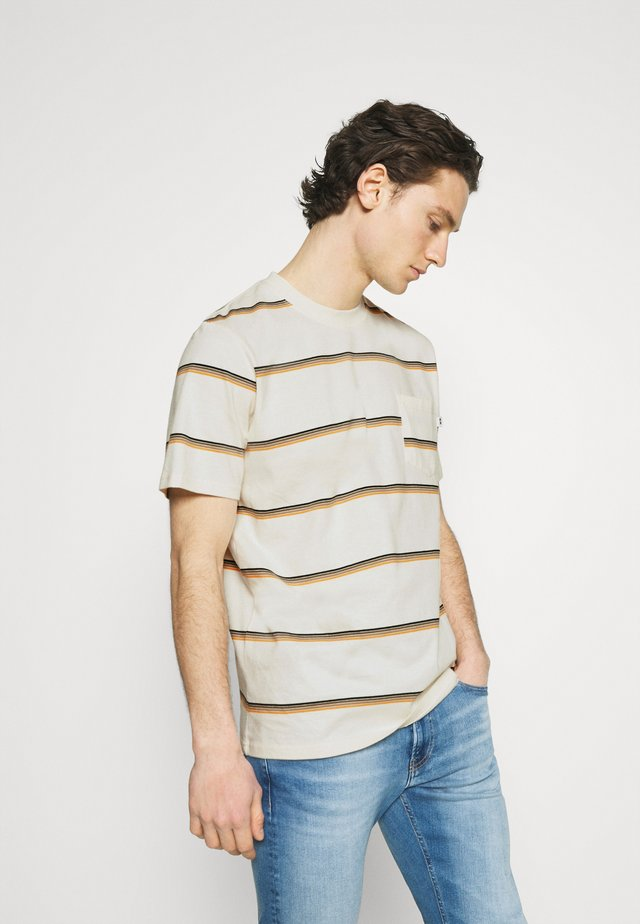 BOBBY STRIPE - T-shirt z nadrukiem - offwhite