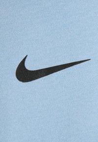 Nike Sportswear - REPEAT TEE - T-shirt med print - psychic blue/black - 7