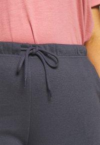 Pieces Curve - PCCHILLI PANTS - Teplákové kalhoty - ombre blue - 4