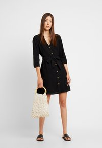 Pieces - PCESMO 3/4 SLEEVE DRESS - Robe chemise - black - 2