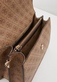 Guess - KERRIGAN  - Handtasche - brown - 4