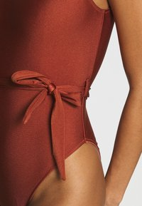 Missguided - SCOOP BACK SWIMSUIT WITH SELF BELT - Costume da bagno - bronze - 4
