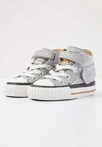 British Knights - ROCO - Baby shoes - lt grey/cognac - 2