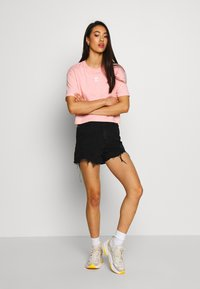 The North Face - CENTRAL LOGO CROP TEE - Print T-shirt - ballet pink/vintage white - 1