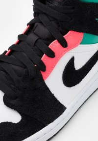 Jordan - AIR 1 MID SE - Höga sneakers - white/hot punch/black/neptune green/barely volt - 5