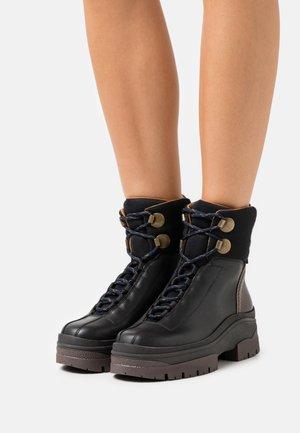 CASSIDIE - Kotníkové boty na platformě - black