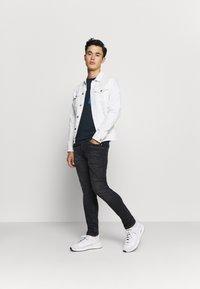 Calvin Klein - CONTRAST POCKET  - T-shirt z nadrukiem - blue - 1