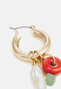 LIARS & LOVERS - MINI BRASS HOOP WITH CHARMS - Earrings - gold-coloured - 1