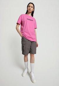 Napapijri - S-BOX   - T-shirt z nadrukiem - pink super - 1