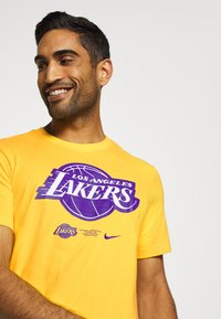 Nike Performance - NBA LA LAKERS DRY LOGO TEE - T-shirt imprimé - amarillo - 4