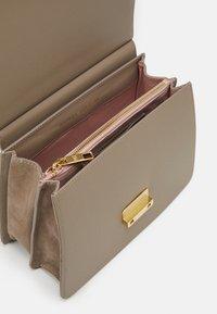Maison Hēroïne - MARLENE TABLET MINI - Handbag - taupe - 3