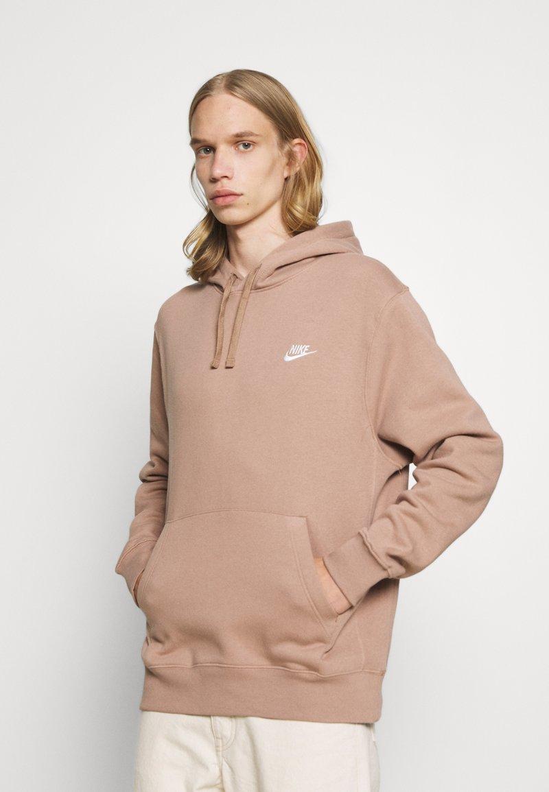 Nike Sportswear - CLUB HOODIE - Felpa - desert dust