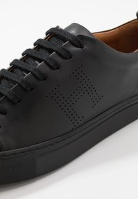 Hackett London - PERFORATED CUPSOLE - Sneakersy niskie - black - 5