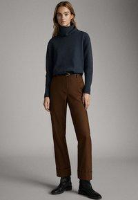 Massimo Dutti - CAPE-PULLOVER AUS WOLLE UND KASCHMIR MIT KAPUZENKRAGEN 05616828 - Sweter - dark grey - 1