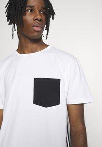 Cayler & Sons - YIN YANG SEMI BOX TEE - Print T-shirt - white/black - 5