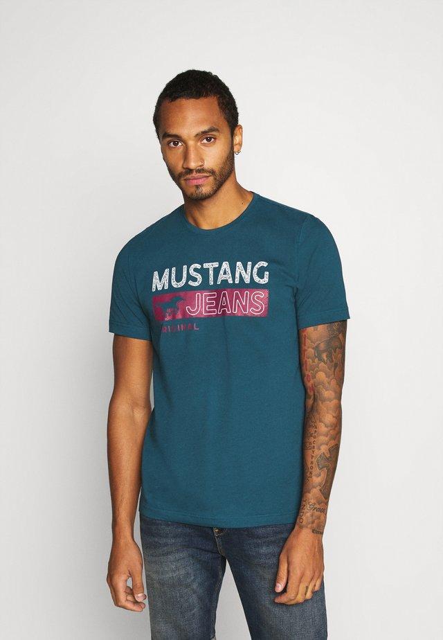 ALEX - T-shirt med print - blue
