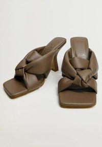 Mango - BOSSY - Heeled mules - marron clair/pastel - 4