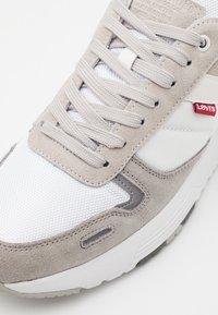 Levi's® - PINECREST - Zapatillas - regular white - 5