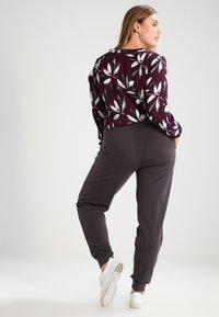Zalando Essentials Curvy - Pantalones deportivos - dark grey melange - 2