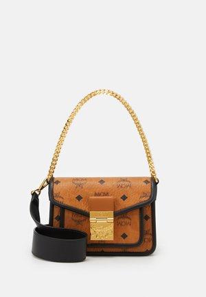 PATRICIA VISETOS BLOCK - Handbag - cognac