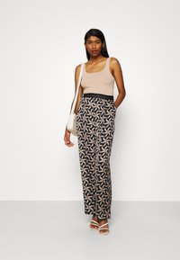 Scotch & Soda - PRINTED WIDE LEG PANT WITH SPECIAL ELASTIC WAISTBAND - Trousers - black - 1