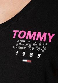 Tommy Jeans - ESSENTIAL V-NECK LOGO TEE - Triko spotiskem -  black - 4
