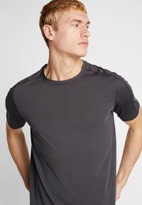 Calvin Klein Performance - TEE - T-shirt print - grey - 4