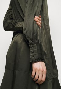 Bruuns Bazaar - BAUME ESTE DRESS - Koktejlové šaty/ šaty na párty - green night - 6