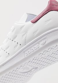 adidas Originals - STAN SMITH - Trainers - footwear white/mystery ruby/maroon - 5