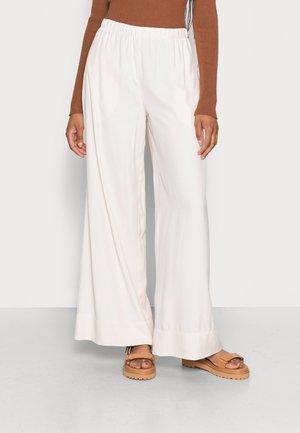 PANTS FLUENT WIDE LEG SLIM ELASTIC WAISTBAND SEAM POCKETS - Trousers - shaded sand