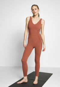 Nike Performance - W NK YOGA LUXE JUMPSUIT - Turnanzug - red bark/terra blush - 3