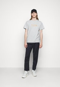 forét - EASE - Print T-shirt - light grey melange - 1