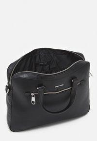 Calvin Klein - MINIMALISM SLIM LAPTOP BAG - Taška na laptop - black - 2