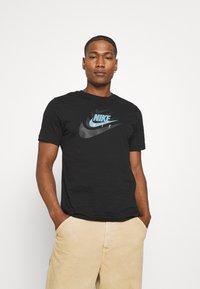 Nike Sportswear - TEE MULTIBRAND - T-shirt med print - black - 0