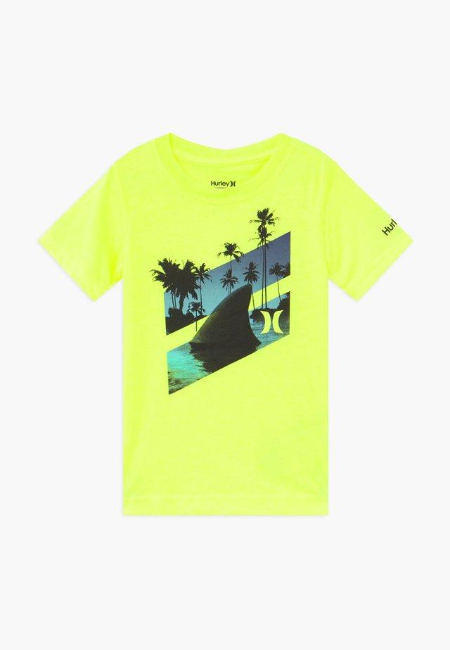 SHARK SLASH  - Triko spotiskem - yellow