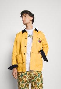 Tommy Jeans - BADGE WORKER JACKET - Summer jacket - gold - 3