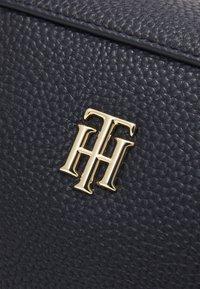Tommy Hilfiger - ESSENCE DUFFLE CORP - Handbag - blue - 4