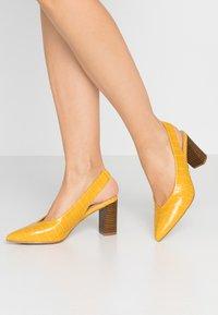 Dorothy Perkins - EMILY BLOCK HEEL SLINGBACK COURT - Tacones - yellow - 0