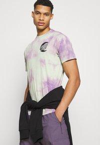 Santa Cruz - MOON DOT MONO UNISEX - T-shirt imprimé - lilac - 3