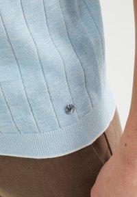 WE Fashion - MET STREEPSTRUCTUUR - Polo shirt - light blue - 4