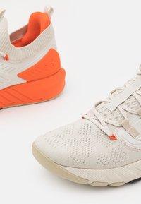 Under Armour - PROJECT ROCK 3 - Chaussures d'entraînement et de fitness - summit white - 5