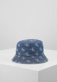 Calvin Klein Jeans - MONOGRAM BUCKET ALLOVER - Hatt - denim - 0