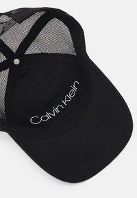 Calvin Klein - TRUCKER UNISEX - Czapka z daszkiem - black - 3