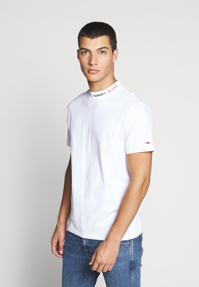 Tommy Jeans - TJM BRANDED HIGH NECK TEE - Triko spotiskem - white