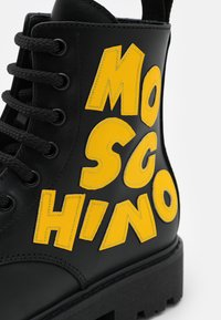 MOSCHINO - Šněrovací kotníkové boty - black/yellow - 5